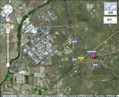 那时我们还不知道它的具体位置,现在从Google地图上已很容易找到它.它就在奥塔纳城的西北方向.从面积上来看,它几乎比整个奥塔纳城(右侧红色A字标注)要大出一倍.占地约150公顷.由于撒丁岛土地便宜,所以在这里建厂也是一个重要原因