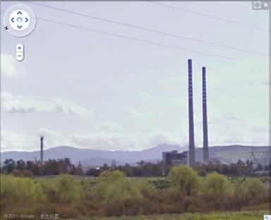 从较近的位置看ENI-Montefibre Ottana 晴纶工厂外景,左侧似乎又多出一支正在冒烟的烟囱.也许是工厂又扩建了吧