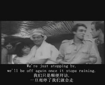 ,一个中年男子(似为西方人)带着这个中国故娘到屋里来避雨