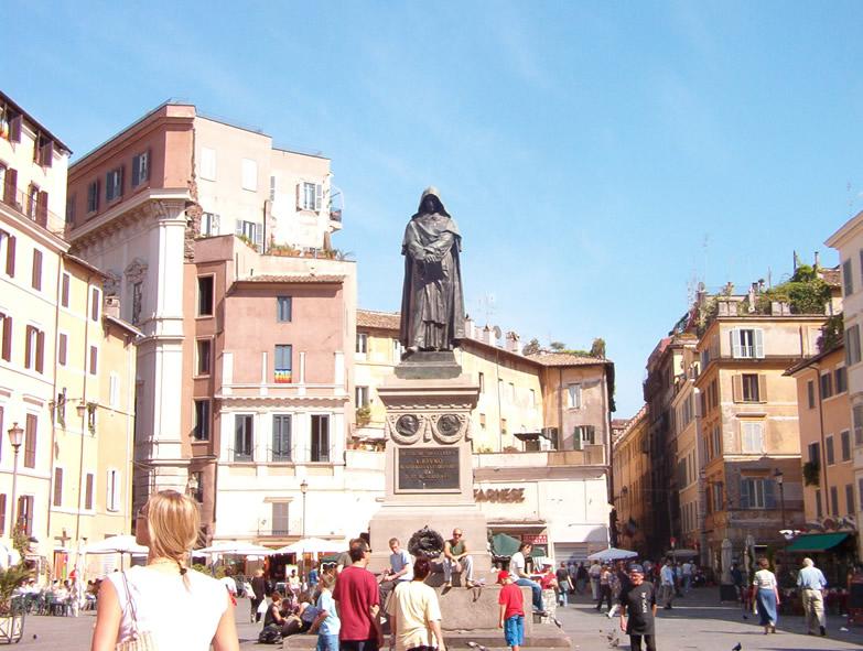 布鲁诺殉难的罗马鲜花广场(Campo de' Fiori),矗立起布鲁诺的雕像